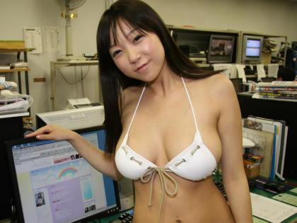 95センチH乳ぷるん!手ブラは「ギリギリ」はみ出そう!麻生亜実(19)